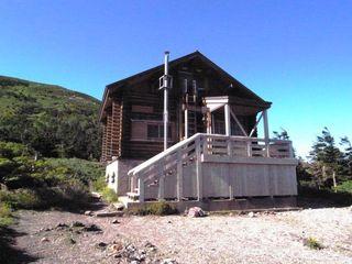 山頂直下の避難小屋.JPG
