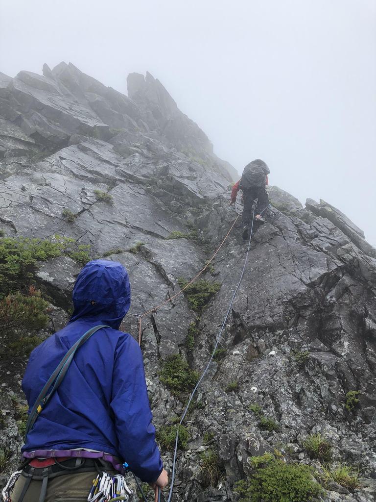 乾徳山、雨の頂上岩壁第一岩稜
