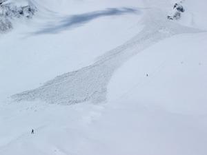 涸沢のテンバは雪崩のデブリで2F建て!