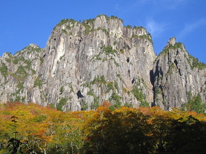 秋本番の錫杖岳前衛フェースです