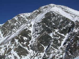 紺碧の空に屹立する厳冬の聖岳南壁