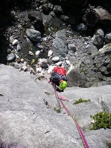 明星P6・左岩稜、人工登攀(A1)の3P目をフォローするマタギさん