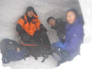 谷川岳西黒尾根での雪洞です