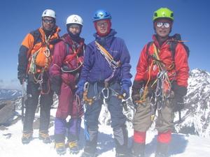 旭東稜を登り終えた直後、稜線でのメンバーです。