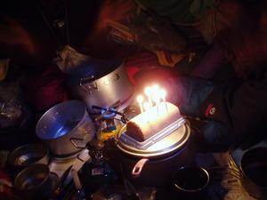 旭東陵メンバー、オオタニさんの還暦&誕生パーティーです。ケーキに6本のろうそくがゆらめきました。